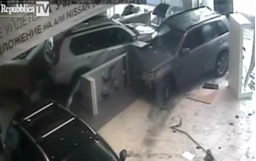 www.Shijoje.at.ua Ja si nxirret inati kur të prishet makina (VIDEO)